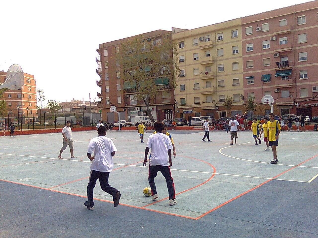 File Benimamet Parque Camales Gente Jugando Un Partido De Futbol