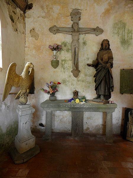 Chapelle Sainte-Croix de Brée (53). Lutrin, Christ en Croix et statue du Christ ou d'un apôtre.