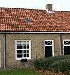 foto van Dwarshuisje van alleen parterre met zadeldak en gepleisterde gevel onder een dak met de nrs