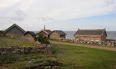 Hus med väggar av kallmurad kalksten