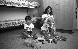 House (game) - Image: Bundesarchiv B 145 Bild F040746 0028, Wolfsburg, Gastarbeiterfamilie in ihrer Wohnung