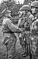 Bundesarchiv Bild 101I-585-2187-26, Frankreich, Auszeichnungen an Fallschirmjäger.jpg