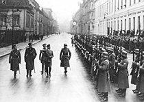 Bundesarchiv Bild 102-16475, Hitler beim Abschreiten einer Ehrenkompanie.jpg