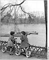 Bundesarchiv Bild 183-81440-0002, Berlin, Weißer See, Kinder mit Tretroller.jpg