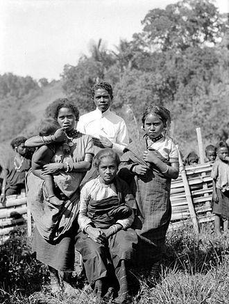 Manggarai people - Image: COLLECTIE TROPENMUSEUM Manggarai familie van een schoolonderwijzer van een desa T Mnr 10005938