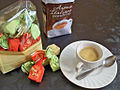 Café italiano con bombones Strega de Benevento.JPG