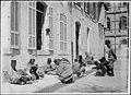 Caserne - Marocains dans la cour de la caserne faisant une partie de loto - Arles - Médiathèque de l'architecture et du patrimoine - APZ0002054.jpg