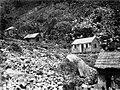 Collectie Nationaal Museum van Wereldculturen TM-10021157 Kleien houten huisjes tegen een rotsachtige beghelling op Saba Saba -Nederlandse Antillen fotograaf niet bekend.jpg