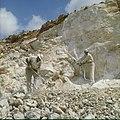 Collectie Nationaal Museum van Wereldculturen TM-20029614 Arbeiders boren gaten voor het plaatsen van springlading Aruba Boy Lawson (Fotograaf).jpg