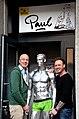 Comic-Figur von Ralf König, Sponsor Biermanufaktur ENGEL für Paul Die Bar in Hannover, Dietmar Engel (links) und Christian Kästner mit signiertem Eröffnungsgeschenk.jpg