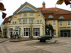 Congress Union Celle, Thaerplatz 1, 29221 Celle, Blick über den Vorplatz des Altbaues auf Thaers Wirtshaus im Herbst.jpg