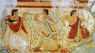 Fresque de couleur ocre, rouge, verte, bleue et noire montrant un danseur tenant un vase et deux musiciens jouant respectivement de la harpe et de la flûte.