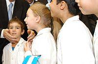 Estudiantes con el clásico delantal blanco de la escuela pública