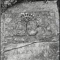 Detail begraafplaats, hardstenen zerk, met in hoogreliëf het alliantiewapen Bouwens van Horssen en Gerbade - Horssen - 20427091 - RCE.jpg