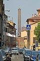 Dove l'antica via Aemilia (ora via Mazzini) entra nella città trecentesca, Porta Maggiore, ed in fondo alla Strata Maior , la torre degli Asinelli. - panoramio.jpg