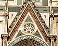 Duomo di firenze, medaglioni intarsiati in marmi nei timpani delle finestre sui fianchi 13.JPG