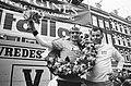 Eindwinnaar Cees Priem met ploegleider Piet Liebregts (r), Bestanddeelnr 924-5502.jpg