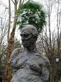 Estatua de Sabino Fernandez Campo en el Paseo de los Alamos del campo de San Francisco (Oviedo).jpg