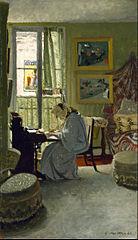 Femme lisant dans un intérieur