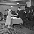 Fabrieksdirecteur Jan van Abbe (rechts) overhandigt document aan vrouw, Bestanddeelnr 255-8561.jpg