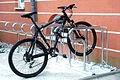 Fahrradparker Anlehnbuegel mit Wegrollsicherung.jpg
