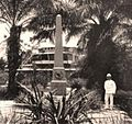 Ferdinand Wohltmann in Duala, Kamerun, am Gustav-Nachtigal-Denkmal.jpg