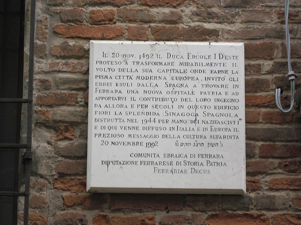 Ferrara, Via Vittoria, 1992, lapide marmorea a ricordo accoglienza ebrei sefarditi da parte del Duca Ercole I d'Este nel 1492
