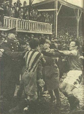 The Intercontinental Derby - The player of Fenerbahçe on the left is Hüsamettin Böke, the player of Galatasaray on the right is Lütfü Aksoy.