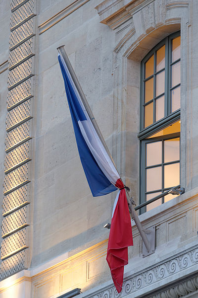 File:French flag with black ribbon Prefecture de Police 2015-01-08.jpg