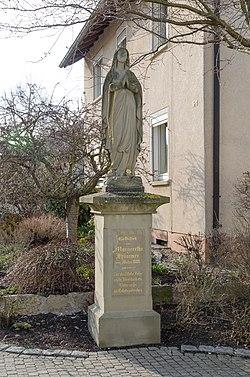 Geldersheim, Raiffeisenstraße, Marienfigur-001.jpg