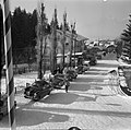 Geparkeerde auto's in een straat bij de kabelbaan naar de Patscherkofel, Bestanddeelnr 254-4342.jpg
