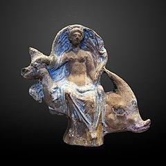 Déesse (Aphrodite ou Amphitrite) assise sur un dauphin