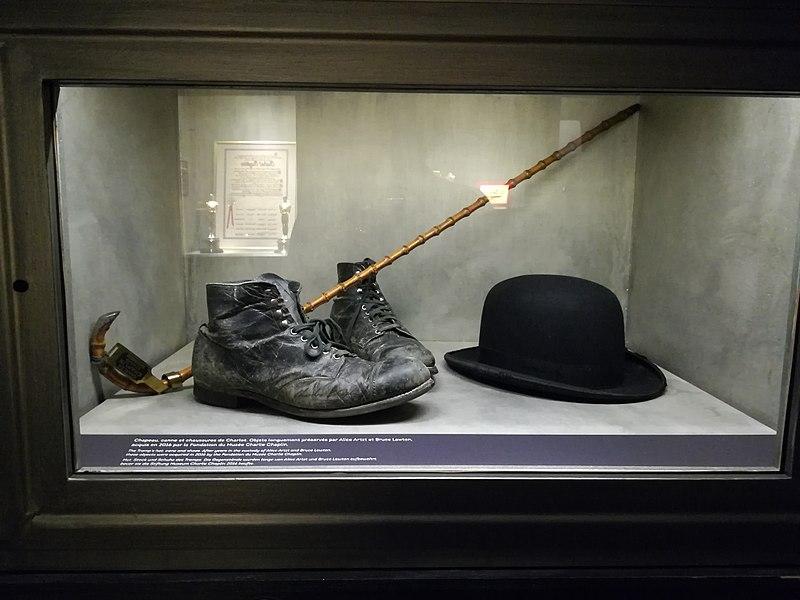 El sombrero, el bastón y los zápatos del atuendo del personaje de Charlot Chaplin. Fuente: Wikipedia