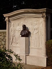Henry_Wadsworth_Longfellow_memorial,_Cambridge,_MA_-_oblique_view.JPG