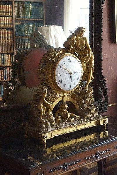 File:Hrubý Rohozec - malá knihovna, hodiny.jpg