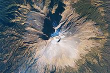 Цветное изображение смотрит вниз на вершину вулкана