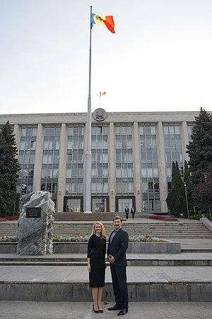 Monument to the Victims of the Soviet Occupation - Image: Inese Lībiņa Egnere în fața Guvernului Republicii Moldova