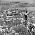 Israel 1948-1949; Meggiddo. Vrouw bij de ruines van de stallen van Salomo bij Meggiddo (255-1512).jpg