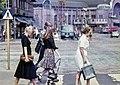 Jalankulkijoita ylittämässä suojatietä Simonkadulla, Mannerheimintien risteyksessä - G29782 - hkm.HKMS000005-km0000o988.jpg