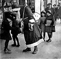 Joulupukki Helsingin kaduilla, 14.12.1930.jpg