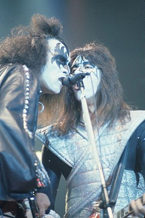 Kiss (band) - Simmons and Frehley share a microphone in 1978