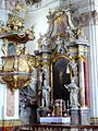 Klosterkirche Metten Kreuzaltar Kanzel.jpg