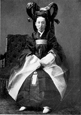 Korean palace-woman in full regalia.jpg