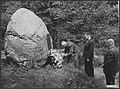 Kranslegging door oud-kampgenoten op de fusilladeplaats te Goirle. Mr. J. Ae. H., Bestanddeelnr 047-0668.jpg