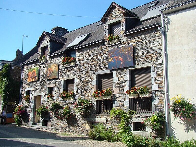 Maison typique à La Gacilly servant de support à une exposition photographique.