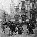 La cultura moderna - Milano 1898. I curiosi in piazza del Duomo.jpg