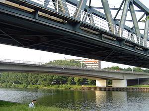Maas–Waal Canal - Image: Les ponts du Graafseweg et du chemin de fer