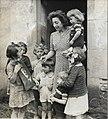 Mère de famille et enfants - portrait Pétain.jpg