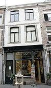 foto van Huis met lijstgevel, voorzien van segmentboogvensters, ten dele in Naamse steen.