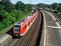 Mainz-Kastel- Bahnhof- auf Brücke der Bundesstraße 40- Richtung Frankfurt am Main- DBAG-Baureihe 423 873-9 4.6.2010.jpg